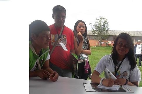 Estudiante indígena de radio