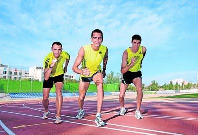 Roberto Sotomayor (izda.) y Javier Arreo, las dos 'liebres', escoltan a Arturo Casado en la pista de Moratalaz donde se entrenan.